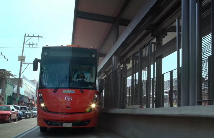Con paros en el servicio protestan operadores de Acabús por falta de pago